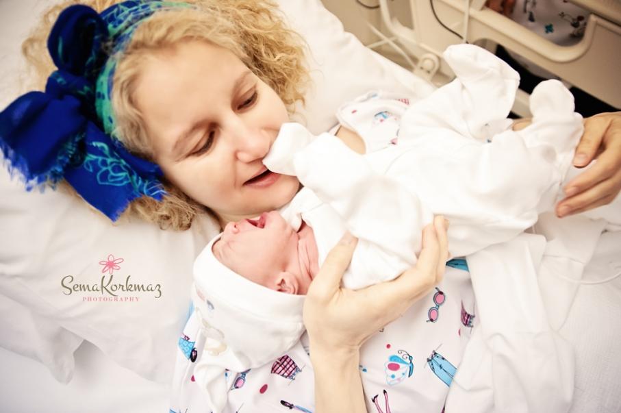 Annenin bebeğine ilk dokunuşu...