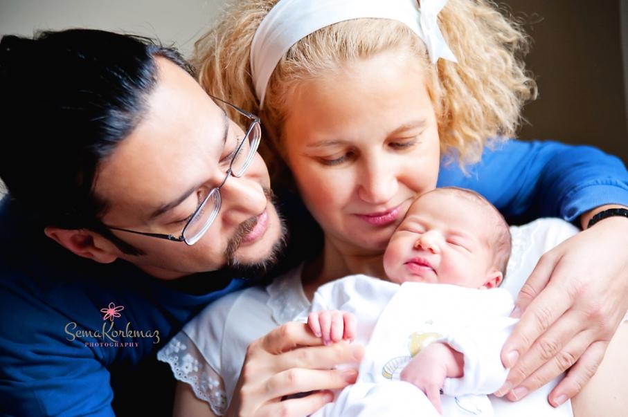 baba, anne ve yeni doğan biraradalar.