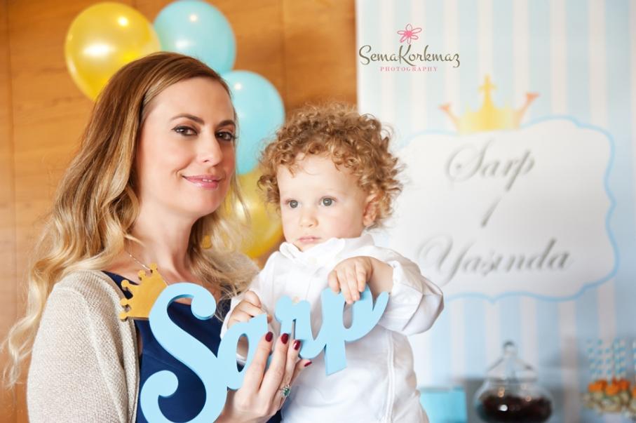 Annesinin kucağında Sarp Bebek birinci yaş gününü kutluyor.