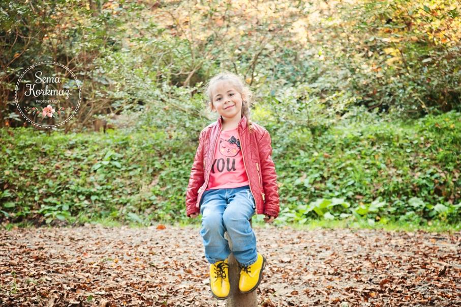 doğada, yeşillikler arasında çocuk fotoğraf çekimi.