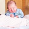 Okan Bebek 1 günlük olmasına rağmen kendi yardım almadan kafasını dik tutabiliyor.