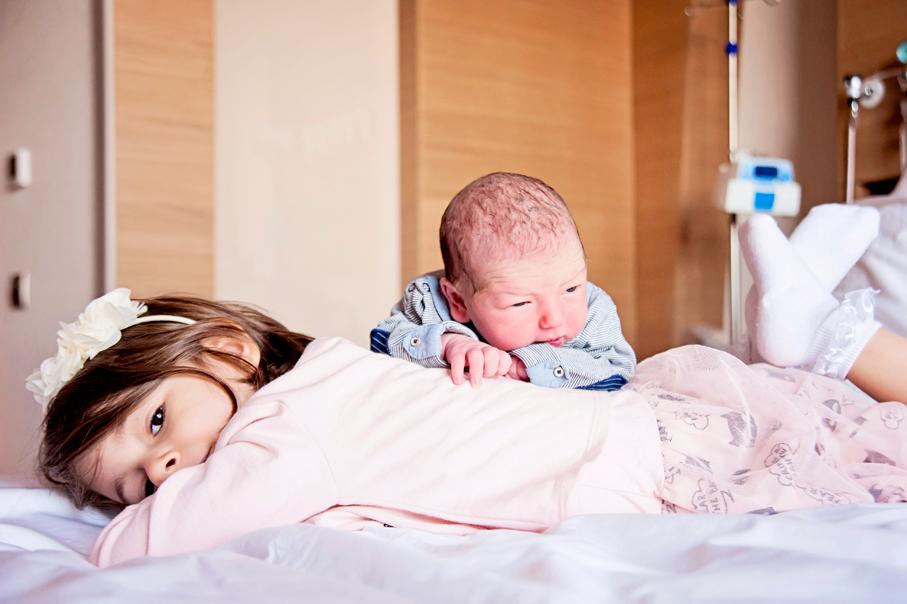 Çalışkan ailesinin minikleri Gökçe ve henüz bir gün önce doğan kardeşi Okan. Yer: Acıbadem altunizade Hastanesi. fotoğaf: Sema Korkmaz