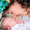 Okan bebek 1 günlük ve annesinin kollarında
