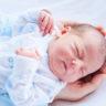 Okan bebek 1 günlük ve babasının kollarında 2