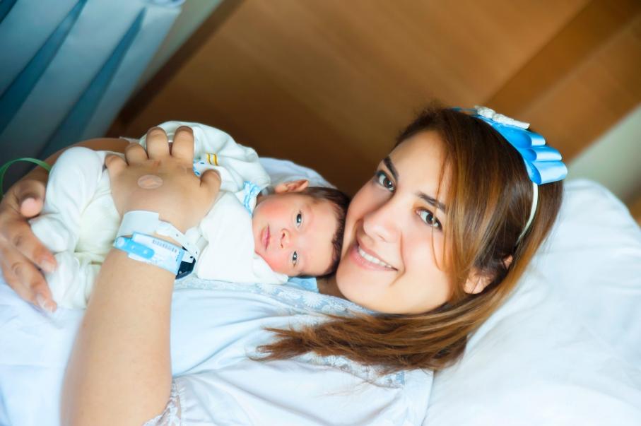 Yenidoğan Emir bebek huzur içinde annesinin kucağında