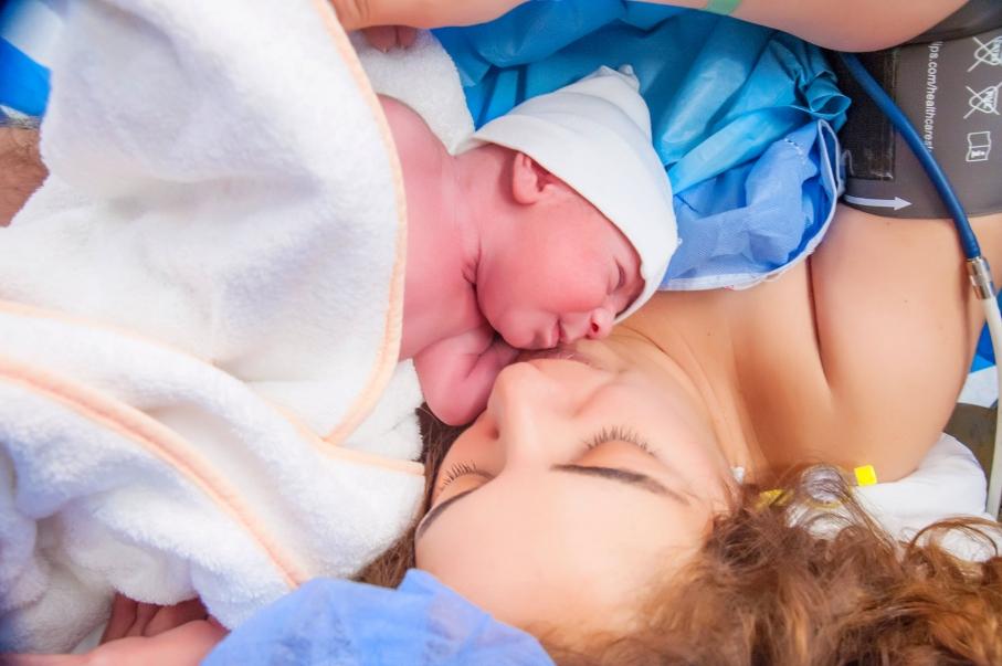 Emir Bebek ameliyathanede ilk defa annesinin kucağında.